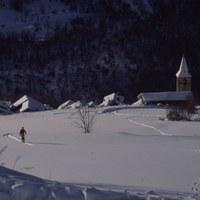 Fent esquí de fons per sobre d'Esterri de Cardós